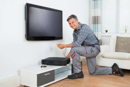 Longueur de technicien mâle TV installation set top box à la maison