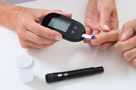 Close-up de Docteur mesure sucre lecture de patients Avec Glucometer Banque d'images - 48038977