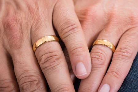 Close-up der Hände mit Goldene Eheringe Standard-Bild - 48039044