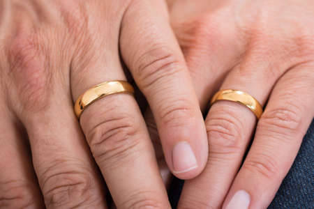 Close-up van de handen met Gouden Trouwringen