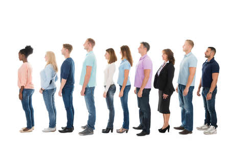 file d attente: Pleine vue de c�t� de la longueur de gens d'affaires cr�atives debout dans la rang�e contre le fond blanc
