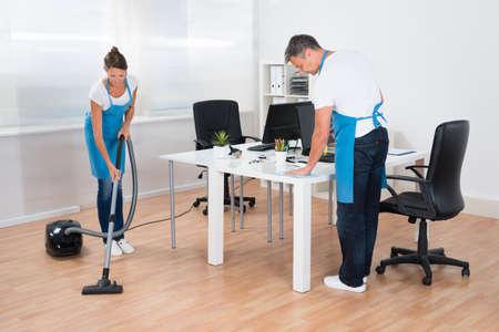 uniformes de oficina: Dos Porteros profesionales son la limpieza de la oficina moderna