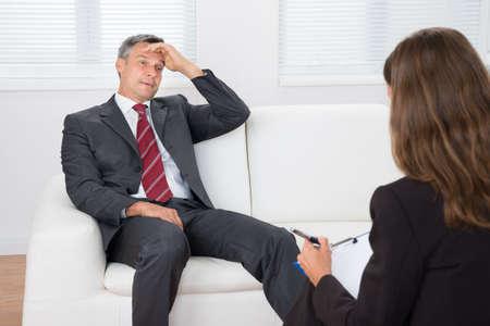 terapia psicologica: El psiquiatra escucha femenina Acerca Problema de la paciente deprimido