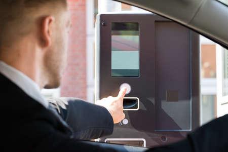 駐車場の駐車場代が有料にマシンを使用して車に座る人 写真素材 - 48226805