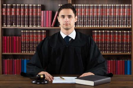 orden judicial: Retrato de confianza contra el juez de estantería en el tribunal Foto de archivo