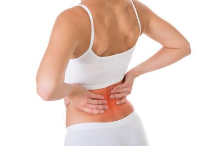 cintura: Triste joven que sufre de dolor de espalda sobre el fondo blanco