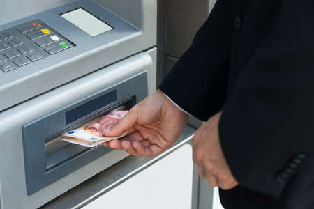 automatic transaction machine: Primer De persona a retirar dinero de Cajero Automático Foto de archivo
