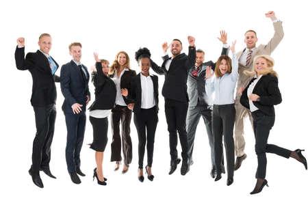 Volledige lengte portret van gelukkig business team viert succes tegen een witte achtergrond