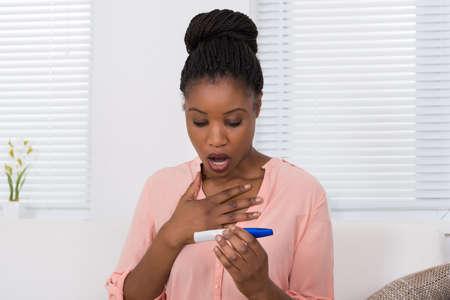 test de grossesse: Femme africaine Kit Tenir Test de grossesse Shocked