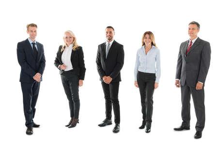 Full length portret van vertrouwen in mensen uit het bedrijfsleven staan tegen de witte achtergrond Stockfoto