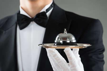 campanas: Sección media de la alarma del servicio de camareros en la placa de sujeción contra el fondo gris