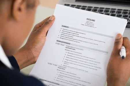 Close-up photo d'un curriculum vitae d'affaires Tenir Banque d'images
