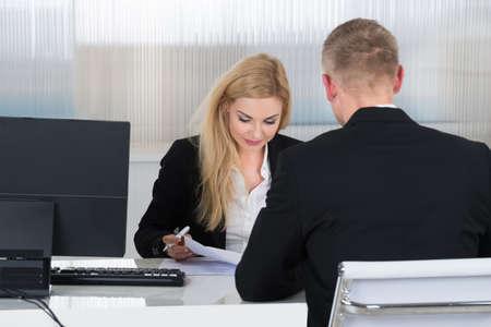 Junge Unternehmerin Bewerber am Schreibtisch im Büro Befragung