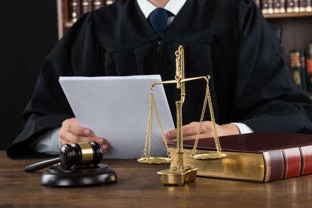 Tułów dokumentów sędzia czytania na biurko w sądzie Zdjęcie Seryjne