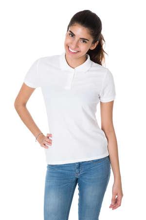 blanc: Portrait de la belle jeune femme portant T-shirt blanc sur fond blanc Banque d'images