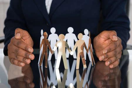 afroamericanas: Primer plano de la mano humana proteger recorte calcula