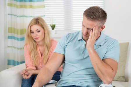 argumento: joven pareja infeliz que tiene argumento en el país
