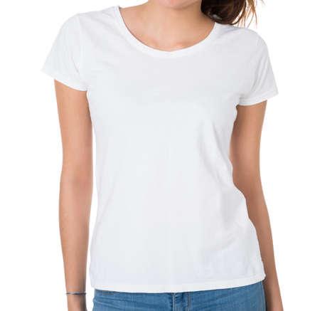 Sección media de mujer joven con camiseta blanco sobre fondo blanco