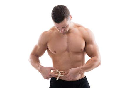 gordos: Mediados de adultos hombre musculoso medir grasas con pinza contra el fondo blanco