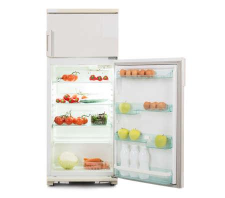 nevera: Abra el refrigerador lleno de comida fresca y sana aislada sobre fondo blanco