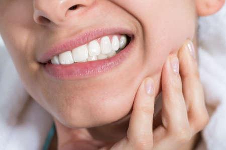 Gros plan de la jeune femme souffrant de maux de dents à la maison Banque d'images