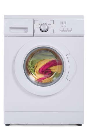 lavado: lavadora llena de ropa sucia aislados sobre fondo azul