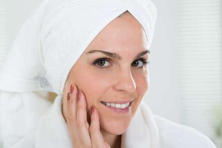 Close-up d'une femme avec serviette enroulée sur la tête Banque d'images