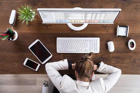 agotado: Joven empresaria durmiendo en el escritorio en lugar de trabajo