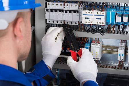 electricista: Primer plano Foto Del Hombre Electricista reparación de Fusebox Foto de archivo