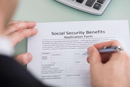 Nahaufnahme der Person Hand Füllung Sozialversicherung Vorteile Form