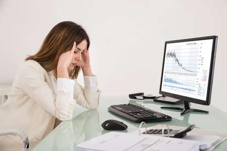 monitor de computadora: Empresaria joven que sufre de dolor de cabeza mientras trabajaba en la oficina