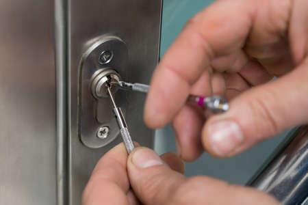 Close-up Von Lockpicker Hand Fixing Türgriff zu Hause