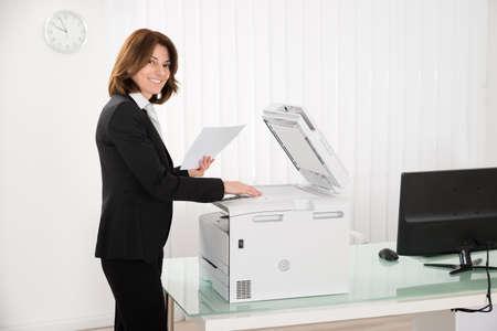 fotocopiadora: Sonriendo papel de copias Empresaria En fotocopiadora En Office