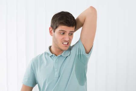axila: Hombre Con Hiperhidrosis Sudoración muy gravemente bajo el axila