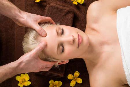 reflexologie plantaire: Portrait d'une jeune femme Réception Head Massage dans un salon de beauté