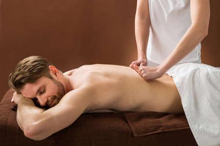 massages: Portrait d'un jeune homme Réception Retour massage au Spa Beauté