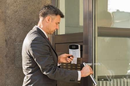 Close-up van de zakenman met afstandsbediening voor Operating Deur Security System