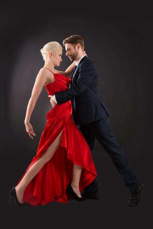 bailarines de salsa: Retrato de feliz joven pareja de baile en Fondo Negro