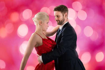 bailarines de salsa: Retrato de feliz joven pareja de baile en el fondo del bokeh