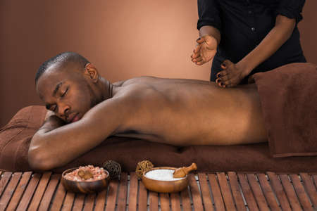 traitement: Jeune homme africaine Getting Massage In Spa