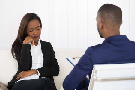 Deprimido mujer afroamericana en la cita psiquiatra