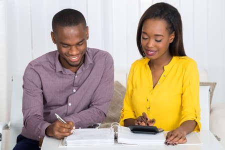 Foto der jungen Paare Berechnung Bill zu Hause