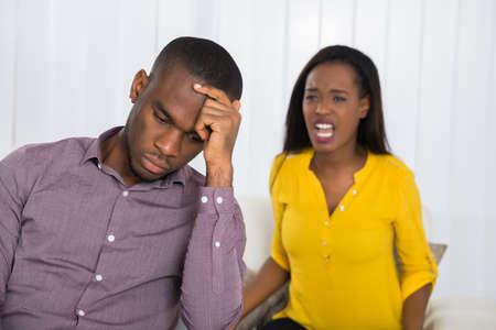 Unglückliche Junge Frau, die Argument mit Mann zu Hause Standard-Bild
