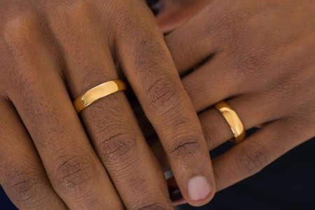 Close-up Van Afrikaanse Handen Draagt Gouden Ringen