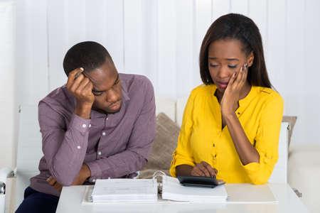 Sad Młoda Para Afryki Patrząc na Billa Zdjęcie Seryjne