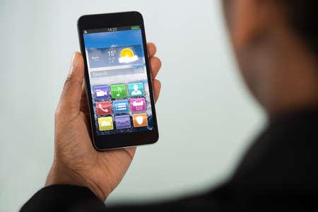 zellen: Close-up der jungen Geschäftsfrau, Handy mit Bunte App Lizenzfreie Bilder