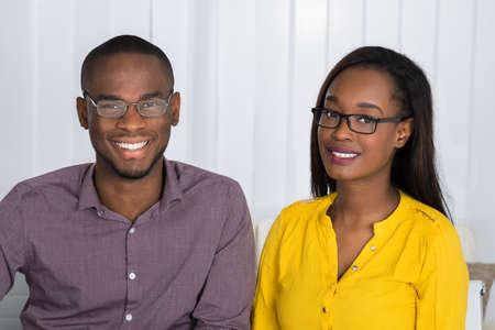 若い幸せなアフリカのカップルの肖像画