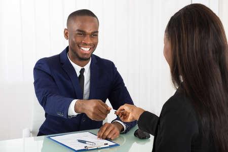 Due di successo Business Executive Scambio di biglietti da visita