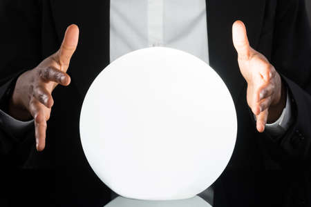 adivino: Primer Del Empresario Predicci�n de futuro con la bola de cristal en el escritorio