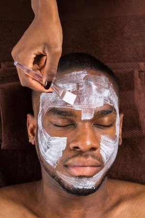 スパの若者に適用される顔マスクのクローズ アップ